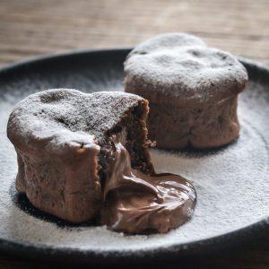 Υγρά κέικ σοκολάτας με άρωμα μόκα