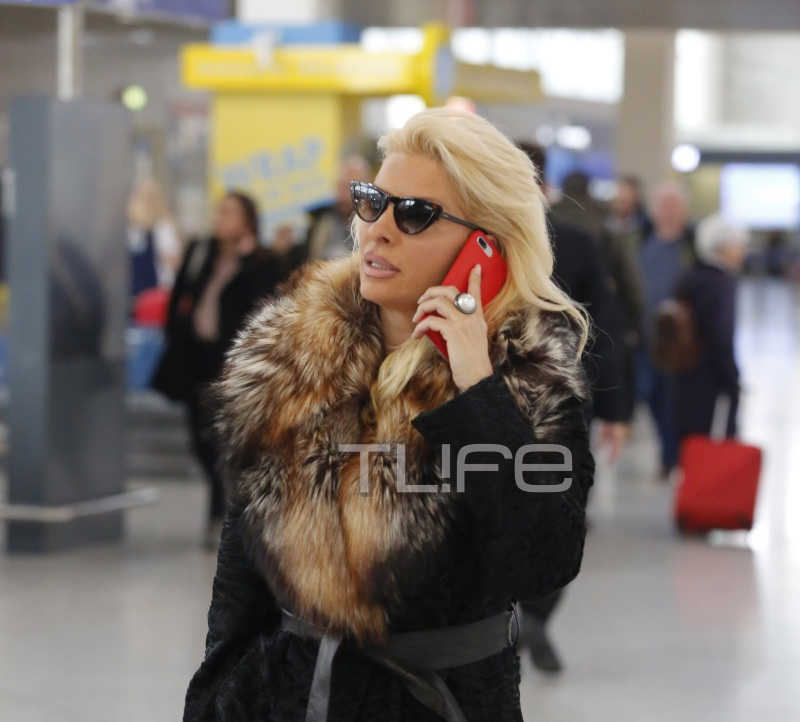 Eλένη Μενεγάκη: Έκλεψε τα βλέμματα στο αεροδρόμιο με το σικάτο και ακριβό look της! [pics] | tlife.gr