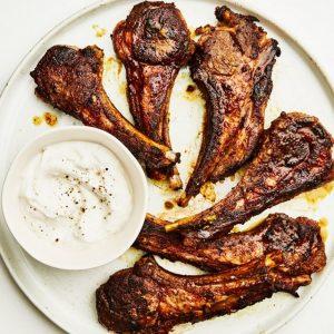 Ψητά μαριναρισμένα παϊδάκια αρνιού με σος γιαουρτιού