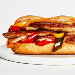 Σάντουιτς με ψητό λουκάνικο και καραμελωμένες πιπεριές
