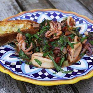 Καλαμάρι με σπανάκι, ραδίκια και σέσκουλα στην κατσαρόλα