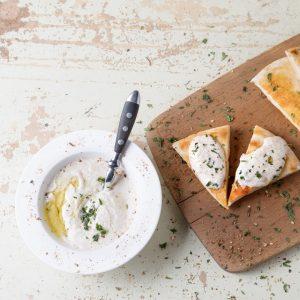 Παραδοσιακή λευκή ταραμοσαλάτα με κρεμμύδι