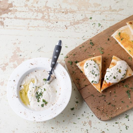 Παραδοσιακή λευκή ταραμοσαλάτα με κρεμμύδι   tlife.gr