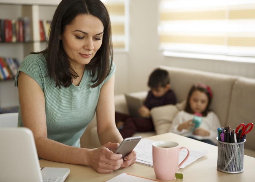 Κάνε μια χάρη στα παιδιά και τον εαυτό σου: Παράτα το smartphone! | tlife.gr