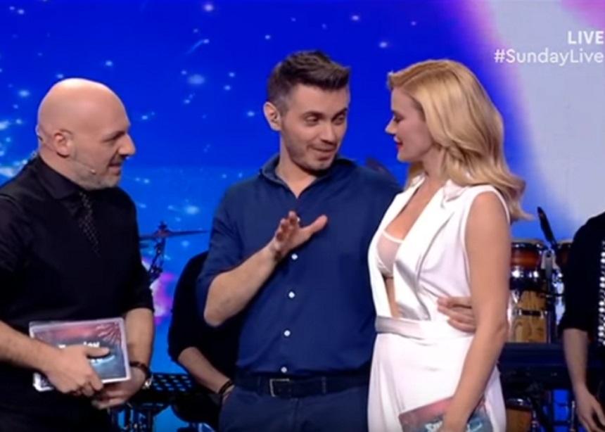 Ζέτα Μακρυπούλια – Μιχάλης Χατζηγιάννης: Αγκαλιά στο πλατό του Sunday Live | tlife.gr