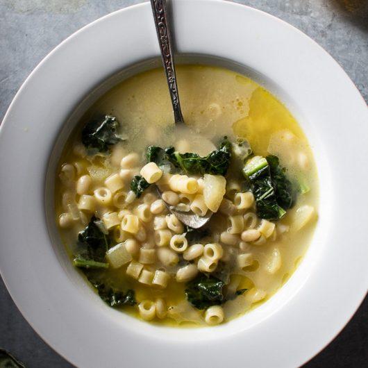 Εναλλακτική φασολάδα με kale και μακαρονάκι | tlife.gr