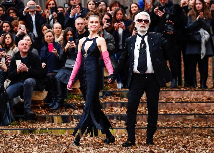 Ένα παραμυθένιο δάσος υποδέχτηκε την εκμοντερνισμένη κομψότητα και τις μούσες της Chanel