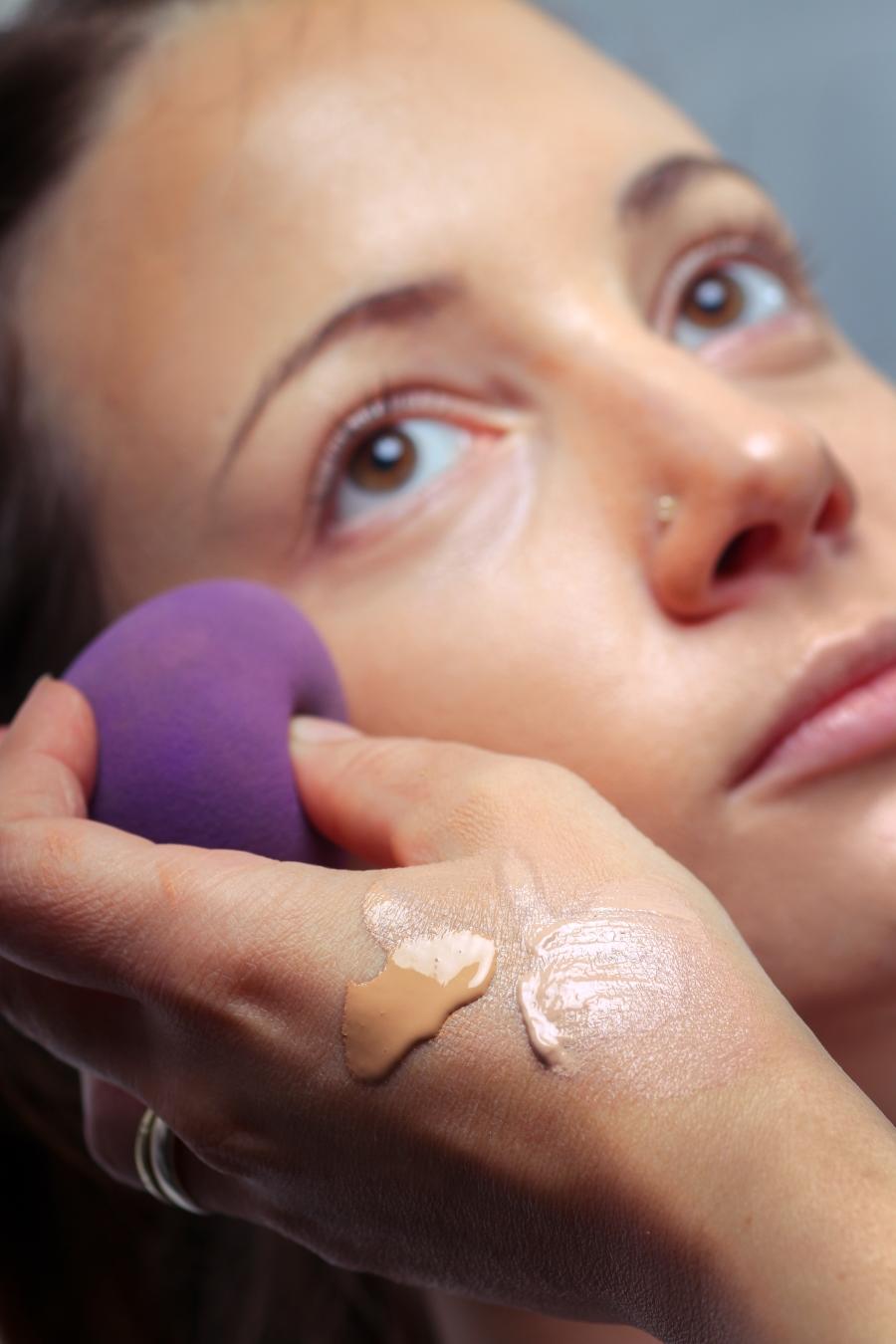 Εσύ πώς καθαρίζεις το beautyblender σου; Δες το βίντεο που έγινε viral!