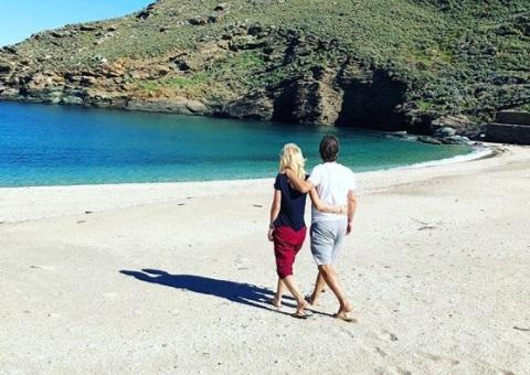 Ελένη Μενεγάκη: Μοναδικές ανοιξιάτικες στιγμές στην Άνδρο αγκαλιά με τον αγαπημένο της! [pics] | tlife.gr