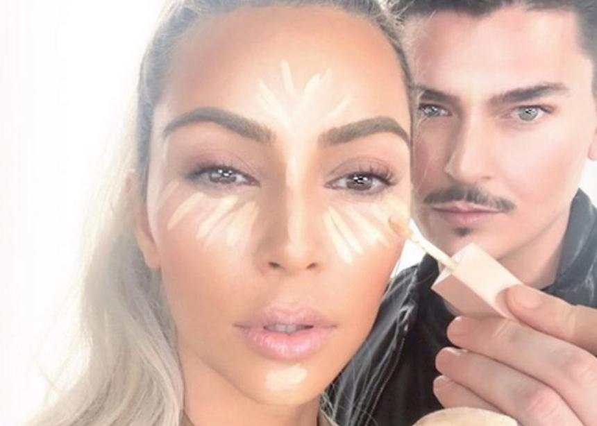 Πώς πλένει τα πινέλα του ο makeup artist της Kim Kardashian!