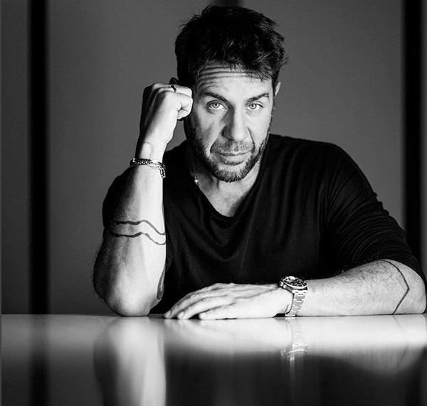 Γιώργος Μαζωνάκης: Ποζάρει ανάμεσα στ' αμέτρητα δώρα που πήρε για τα γενέθλιά του! | tlife.gr