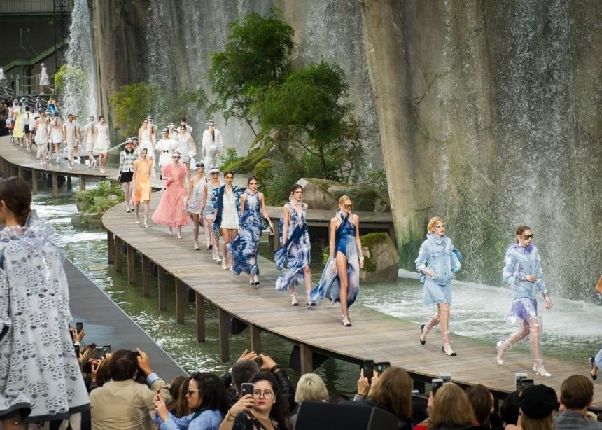 Τα νέα Chanel παπούτσια που φορούν όλα τα fashion girls θα σου θυμίσουν τον μπαμπά σου!
