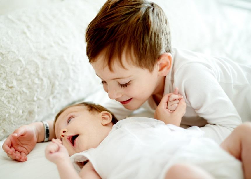 Ήξερες ότι το μικρό σου παιδί έχει πολλά να διδάξει στο μεγαλύτερο αδερφό του; | tlife.gr