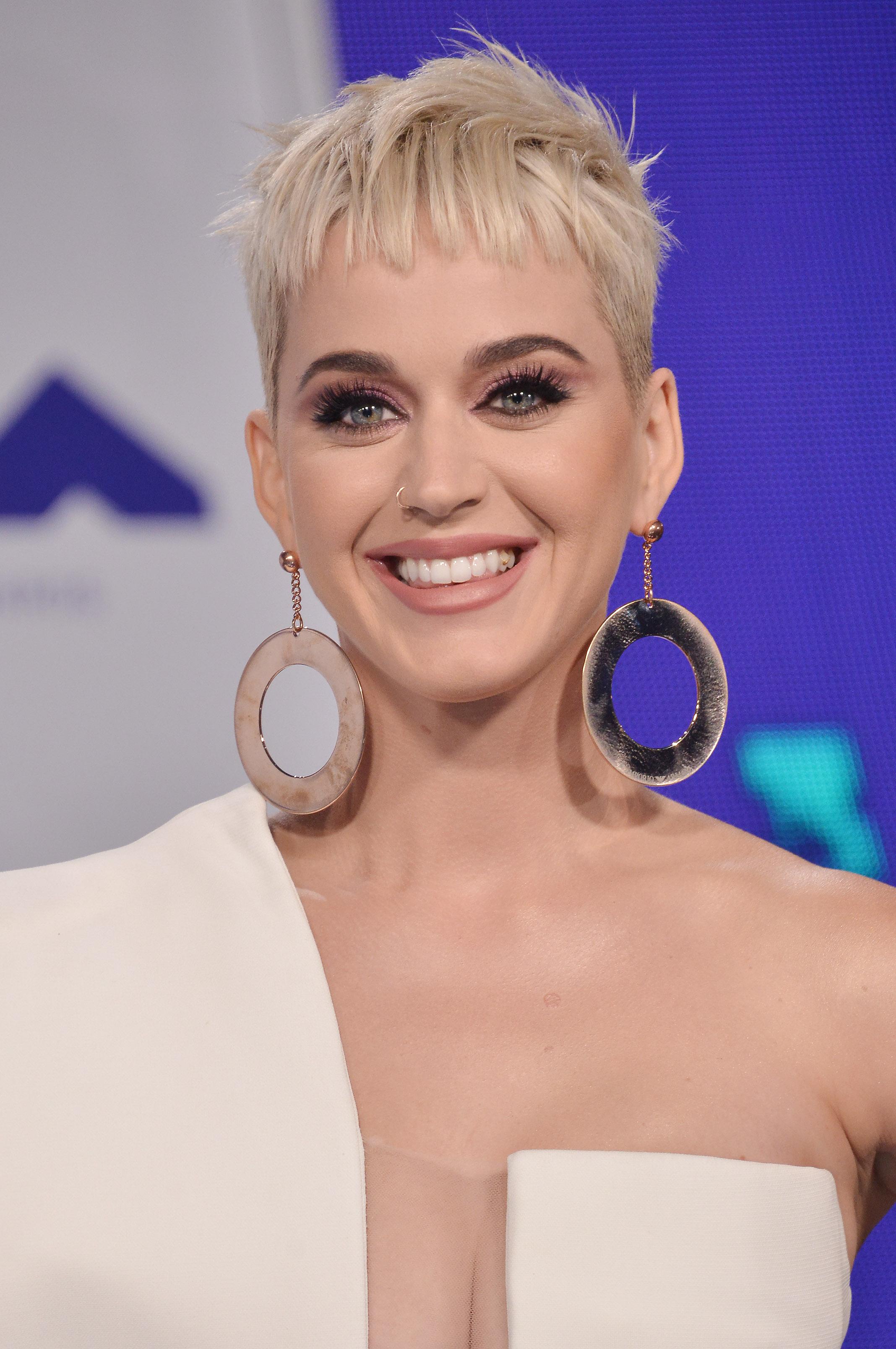 Katy Perry: τι σχέση έχει το νέο της κούρεμα με τον τρόπο που βάφεται! | tlife.gr
