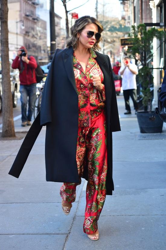 Η Chrissy Teigen φόρεσε ένα floral pyjama set σε συνδυασμό με ένα μαύρο  παλτό και PVC πέδιλα. 3b804d1b4d2