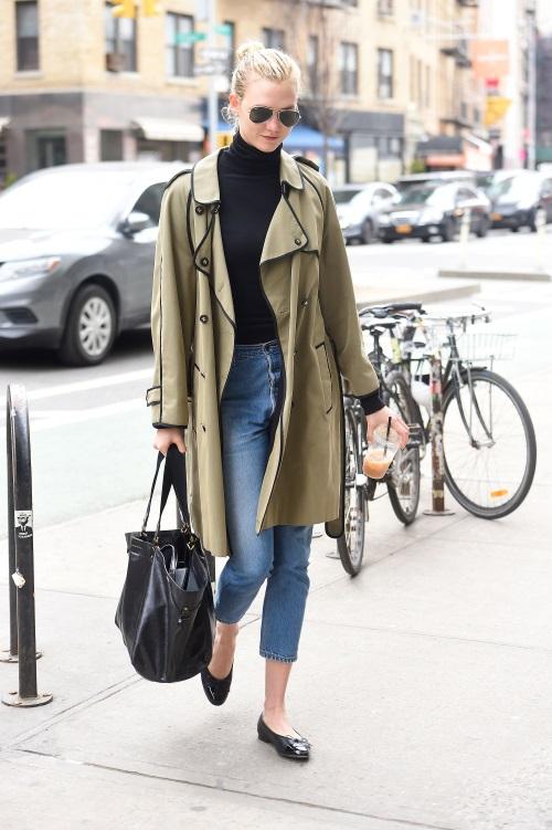Η Karlie Kloss σε μια casual εμφάνιση επέλεξε να φορέσει το αγαπημένο της  τζιν με ένα μαύρο τοπ 9a24c9e6405