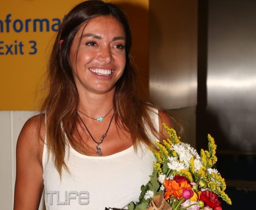 Επέστρεψε στην Ελλάδα η Όλγα Φαρμάκη! Φιλιά και αγκαλιές με τα αδέρφια της και τη μητέρα της στο αεροδρόμιο – Φωτογραφίες | tlife.gr