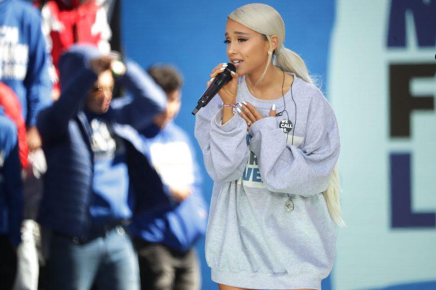 Η Ariana Grande είναι ξανθιά, με top knot και… αγνώριστη! | tlife.gr