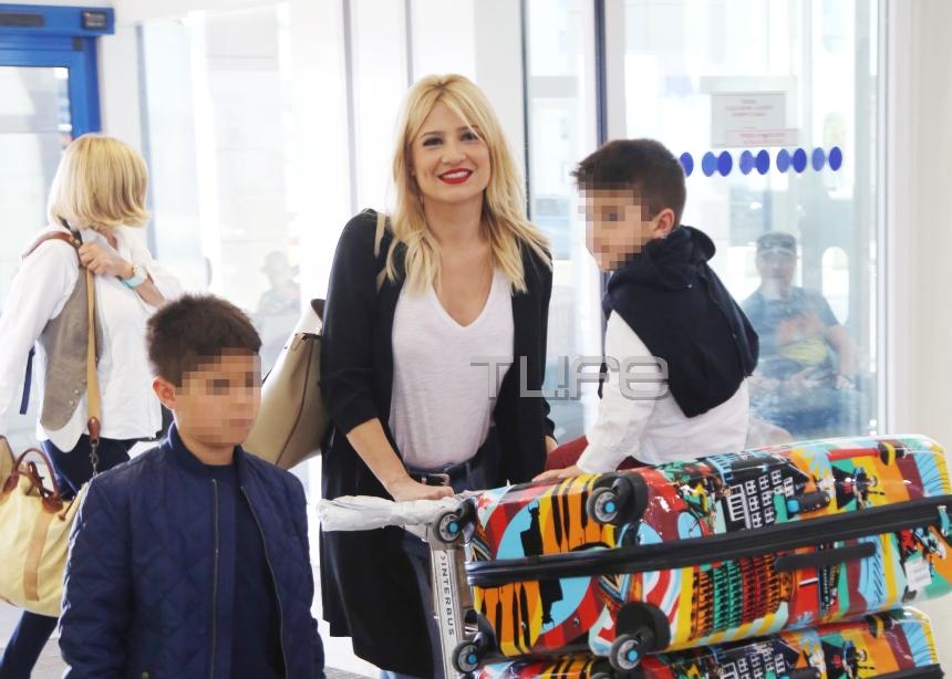 Φαίη Σκορδά: Οι φωτογραφίες με τους γιους από το αεροδρόμιο, πριν φύγουν για Ντουμπάι! [pics]