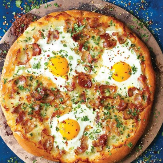 Σπιτική πίτσα με μπέικον και ψητά αυγά   tlife.gr