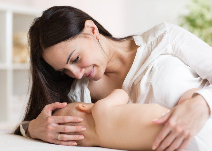 Οι πρώτες απορίες της νέας μητέρας για το θηλασμό και τι απαντά ο Δρ. Σπύρος Μαζάνης | tlife.gr