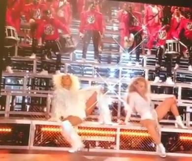 H απίθανη στιγμή που η Beyonce πέφτει με την αδελφή της,  στη σκηνή στην Coachella! video   tlife.gr