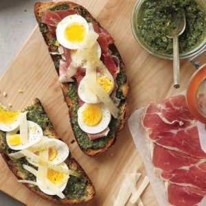 """""""Ανοιχτά"""" σάντουιτς με βραστά αυγά και πέστο"""
