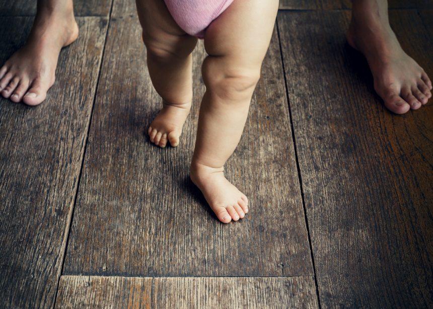 Σε ποια ηλικία περπατούν τα μωρά και πώς να βοηθήσεις στα πρώτα βήματά τους | tlife.gr