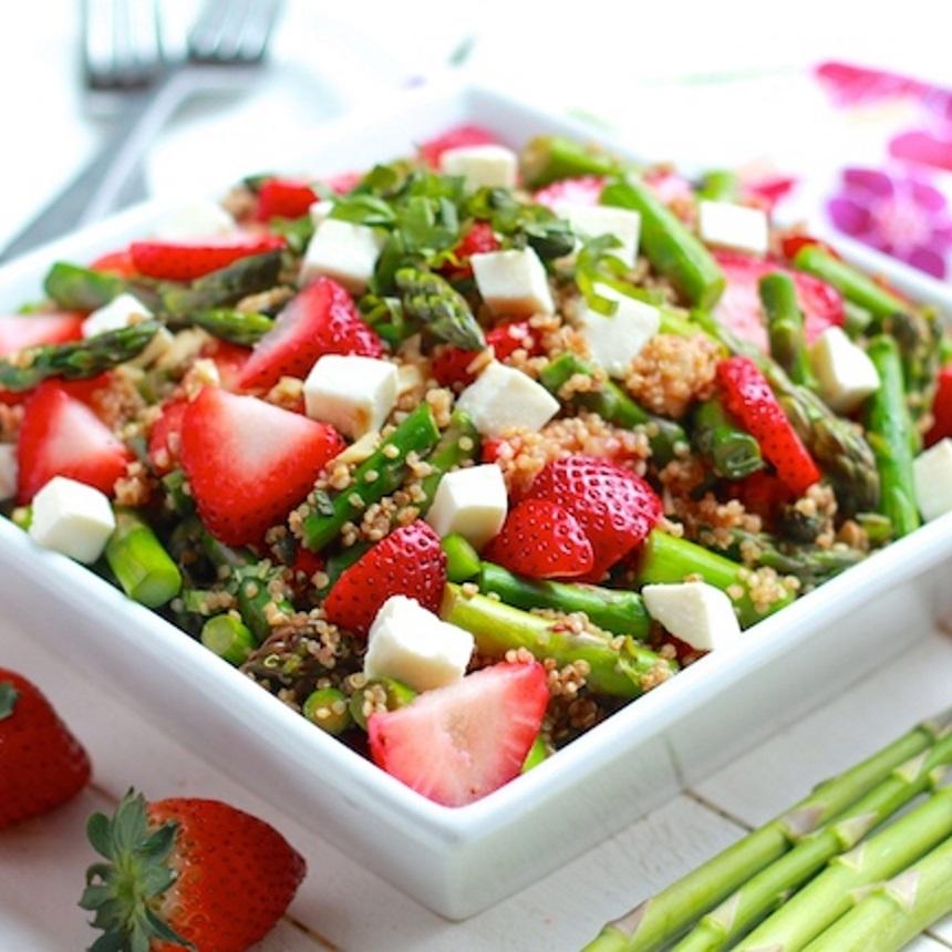 Σαλάτα με φράουλες, σπαράγγια και κινόα