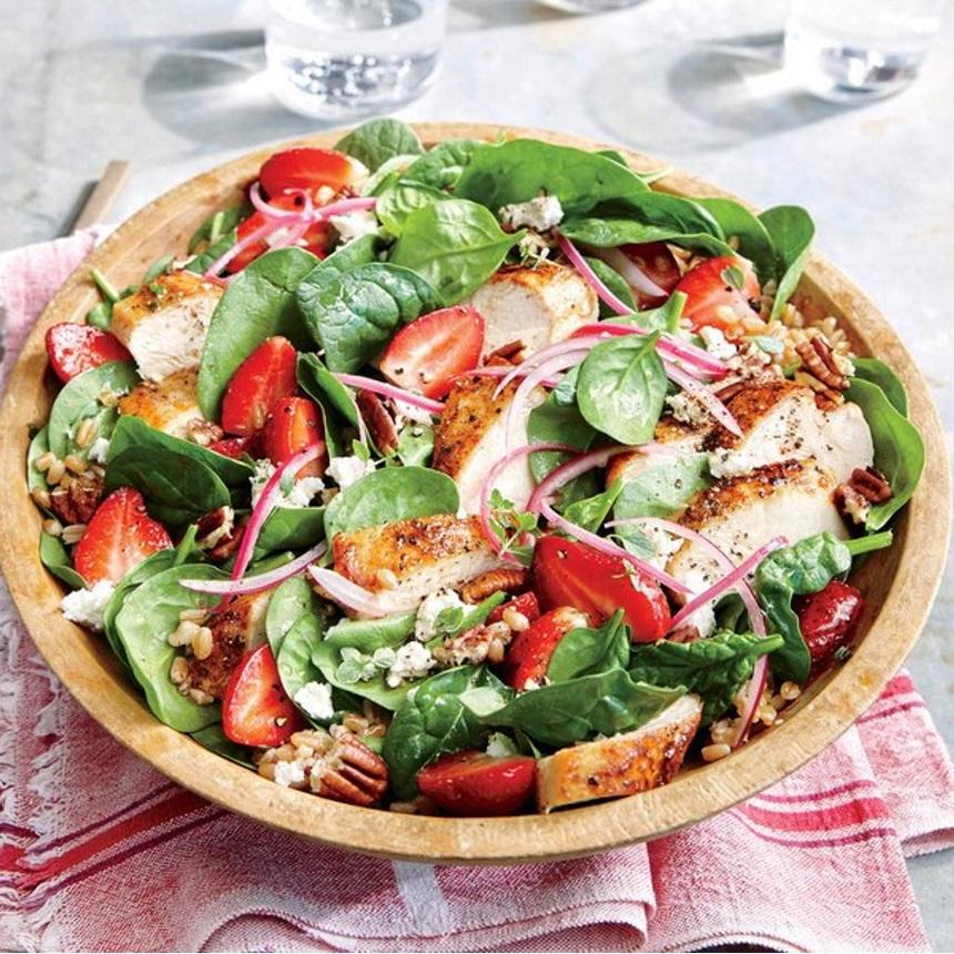 Πράσινη σαλάτα με κοτόπουλο και φράουλες