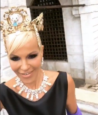 Νατάσα Καλογρίδη: Ποζάρει σαν βασίλισσα στη Βενετία στο πλευρό του Νίκου Κοκλώνη και ετοιμάζεται να δώσει συνέντευξη με τον Αλέξανδρο Λυκουρέζο! [pics,vid] | tlife.gr