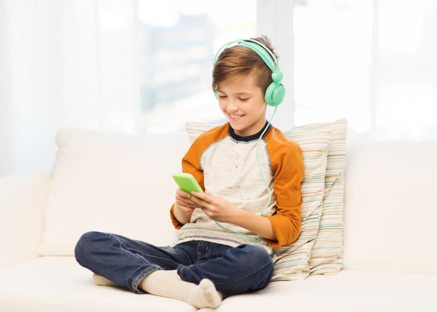 Το πρώτο κινητό τηλέφωνο: Τι να κάνεις για να προστατεύσεις το παιδί σου από τους κινδύνους | tlife.gr