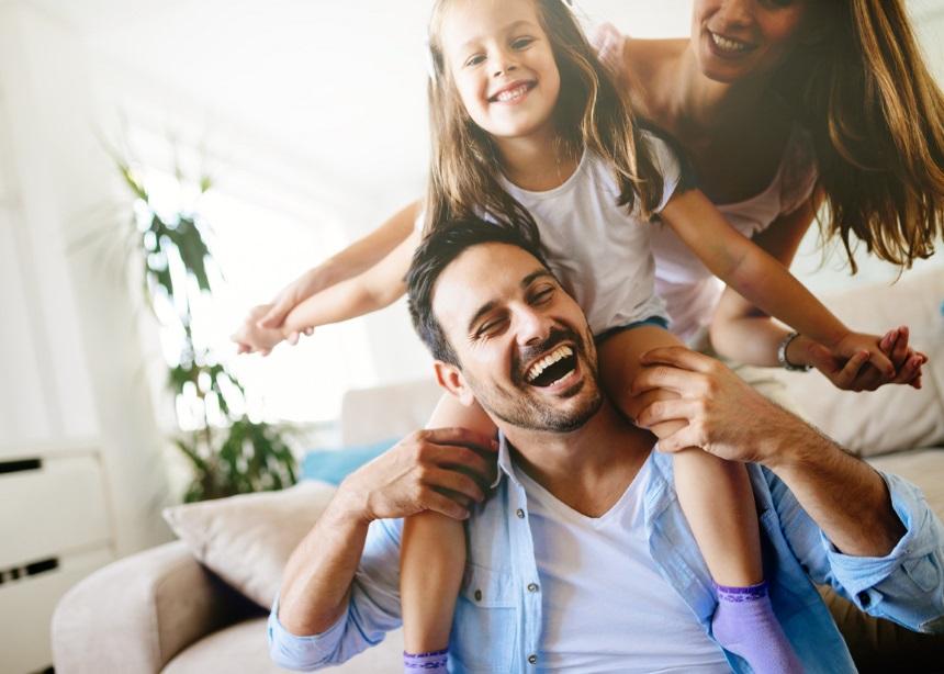 Διδάσκοντας την καλοσύνη στα παιδιά: Γιατί είναι αναγκαίο και πώς να το κάνεις | tlife.gr