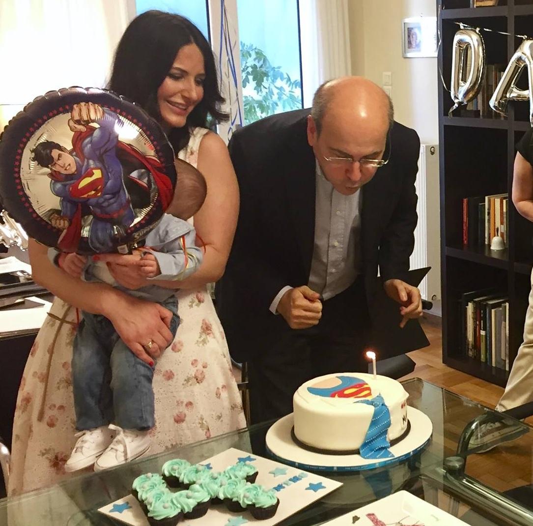 Κωστής Χατζηδάκης: Έκπληξη στο γραφείο του από την σύζυγο και τον 4 μηνών γιο τους για τον γνωστό πολιτικό! [pics] | tlife.gr