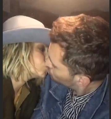 Άννα Βίσση: Το καυτό φιλί στο στόμα με τον γοητευτικό και νεαρό συνεργάτη της! Βίντεο | tlife.gr