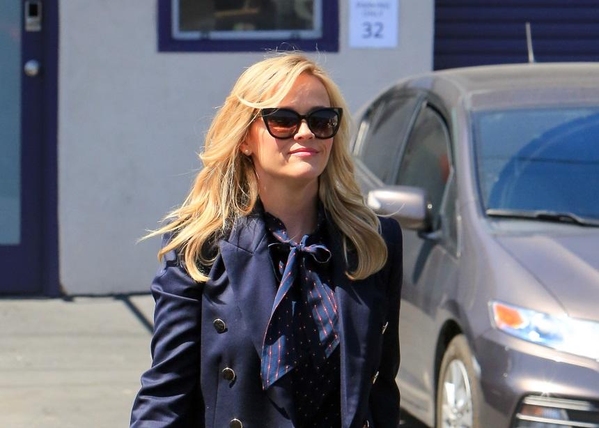 Reese Witherspoon: Πως κατάφερε να αναδείξει την τζιν ζιπ κιλότ με τον πιο κομψό τρόπο | tlife.gr