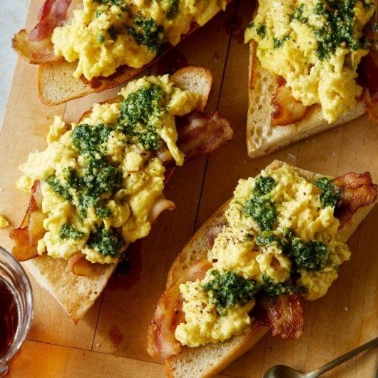 Μπαγκέτες με αυγά scrambled και σπιτικό πέστο | tlife.gr