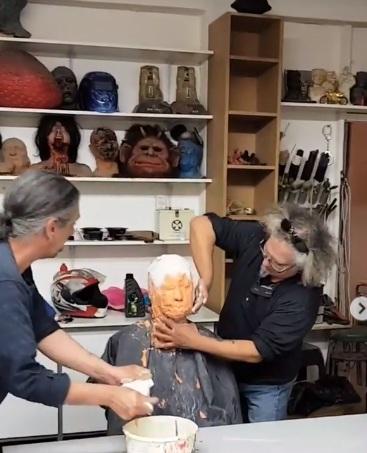 Πίσω από τη «μάσκα λάσπης»  κρύβεται… διάσημη Ελληνίδα τραγουδίστρια, έτοιμη για μεταμόρφωση! Βίντεο | tlife.gr