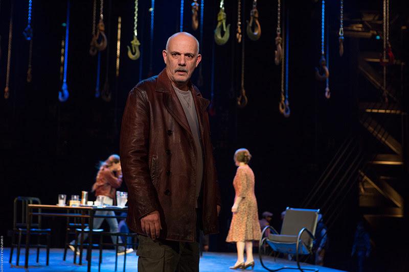 «Ψηλά από τη γέφυρα»: Η πρώτη παράσταση στο Εθνικό Θέατρο, με συνθήκες καθολικής προσβασιμότητας | tlife.gr