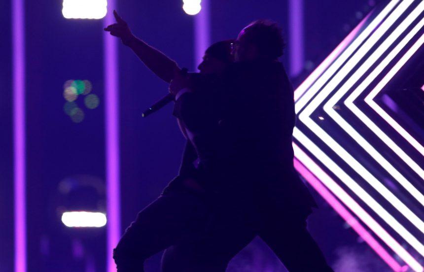 Χαμός στη Eurovision! Θεατής ανέβηκε στη σκηνή και πήρε το μικρόφωνο από την Αγγλίδα τραγουδίστρια! | tlife.gr