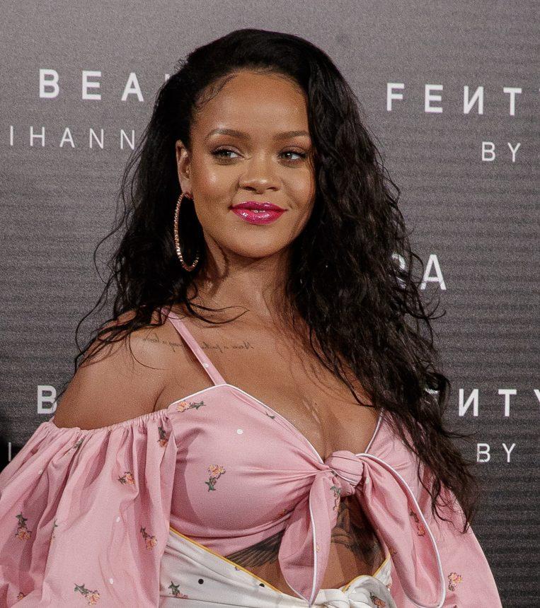 Σε αυτό το video tutorial tutorial η Rihanna μας πείθει να βαφτούμε (ακόμη κι αν δεν βαφόμαστε ποτέ)! | tlife.gr