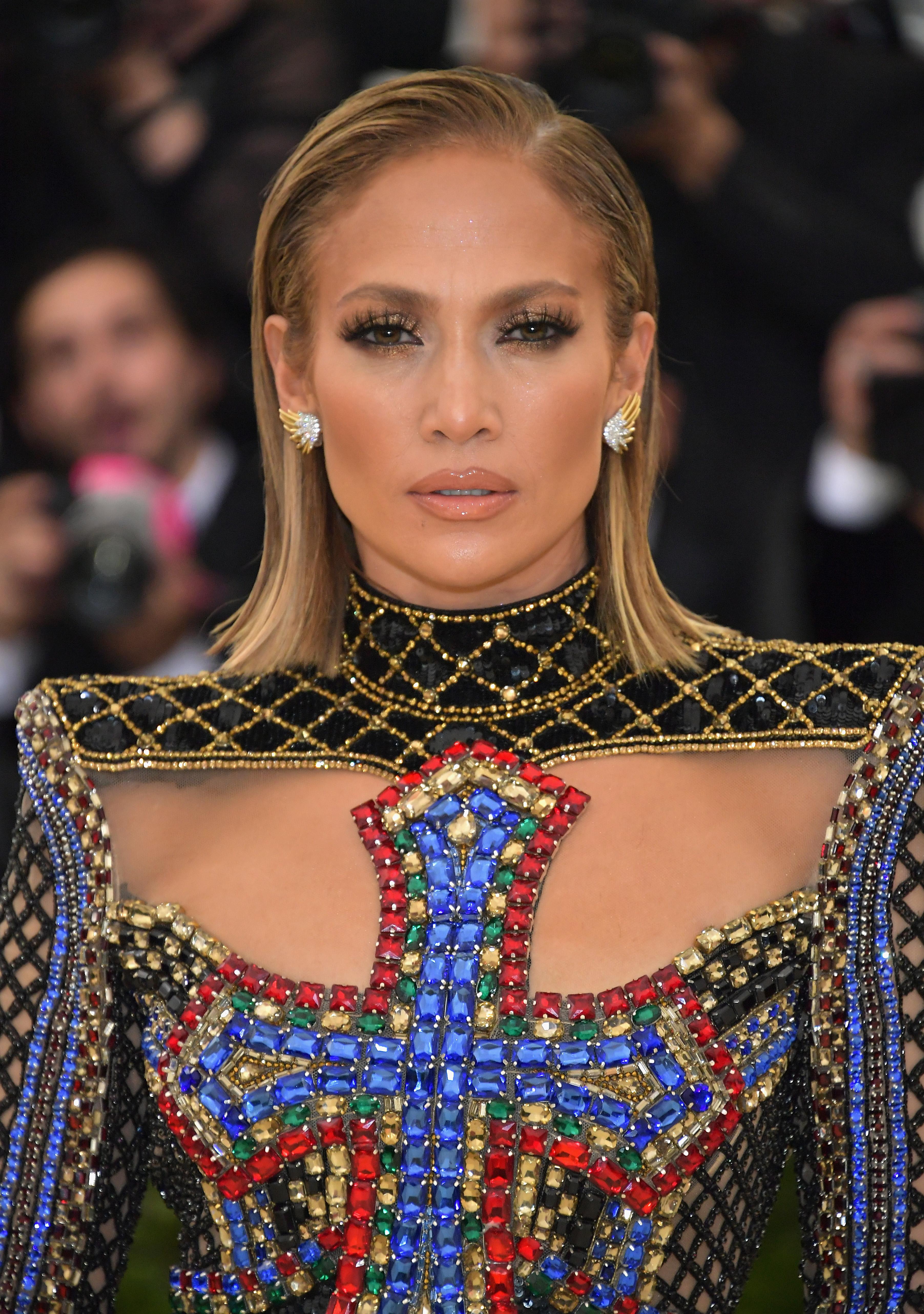 Η Jennifer Lopez έκοψε τα μαλλιά της μια ώρα πριν το Met Gala!   tlife.gr