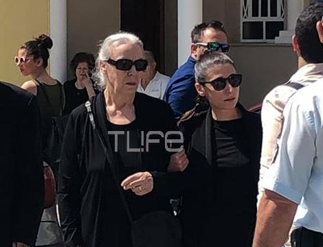 Κηδεία Χάρρυ Κλυνν: Συντετριμμένη στην εκκλησία η σύντροφος της ζωής του Χαρίκλεια | tlife.gr