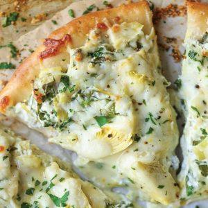 Πίτσα με κρέμα γιαουρτιού και αγκινάρες