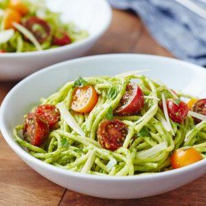 Σπαγγέτι με κρέμα αβοκάντο και ζουμερά ντοματίνια