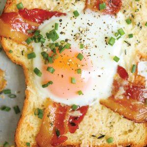 Τραγανό ψωμί με αυγό και μπέικον στο φούρνο