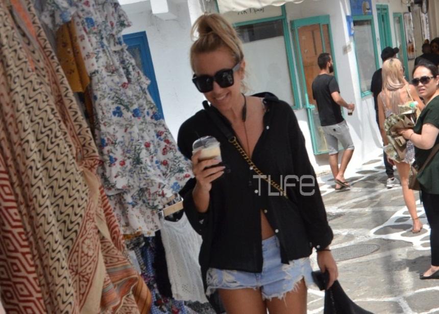 Γωγώ Μαστροκώστα: Βόλτα στα σοκάκια της Μυκόνου με σέξι look! [pics]   tlife.gr