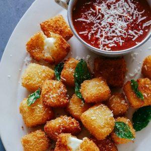 """""""Χρυσές"""" κροκέτες χαλούμι με κόκκινη σάλτσα"""