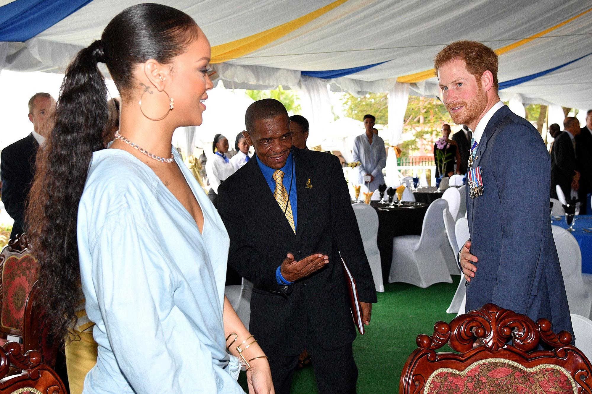 Rihanna: Η αποστομωτική της απάντηση στην ερώτηση αν θα παρευρεθεί στον γάμο του πρίγκιπα Harry και της Meghan Markle! Video | tlife.gr