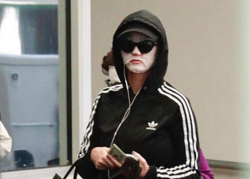 Oh no! Η Katy Perry βγήκε στο δρόμο με sheet mask και πρέπει να το συζητήσουμε! | tlife.gr